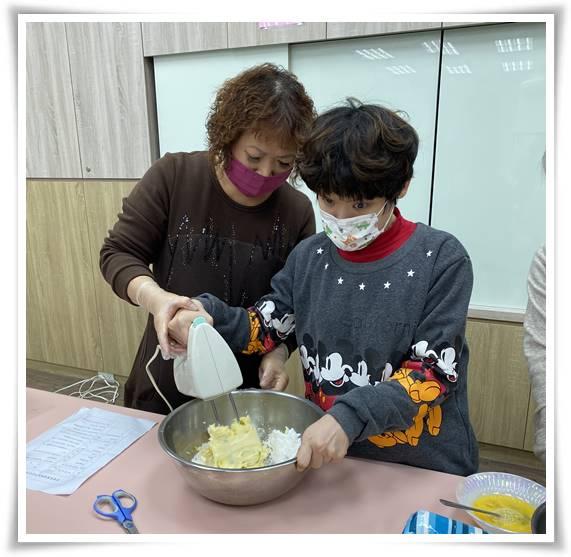平常就會與媽媽一起做烘焙的萱萱,今天跟媽媽一起教大家做手工鳳梨酥,分享獨家配方