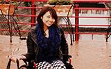 「金剛芭比」帶著輪椅去旅行「在沖繩想玩一些水上活動設施時,會擔心自己的身體條件不符合而自我設限,只能遠遠的坐在一旁用渴望的眼神看著,直到海邊的設施工作人員前來邀請我一起玩,才發現原來這些限制是我給自己畫的界線,但是那其實一點都不會成為限制。」林欣蓓面帶微笑的開始了她的演講,掌聲響起。
