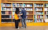 大學生走進托老中心 與爺奶攜手借書去
